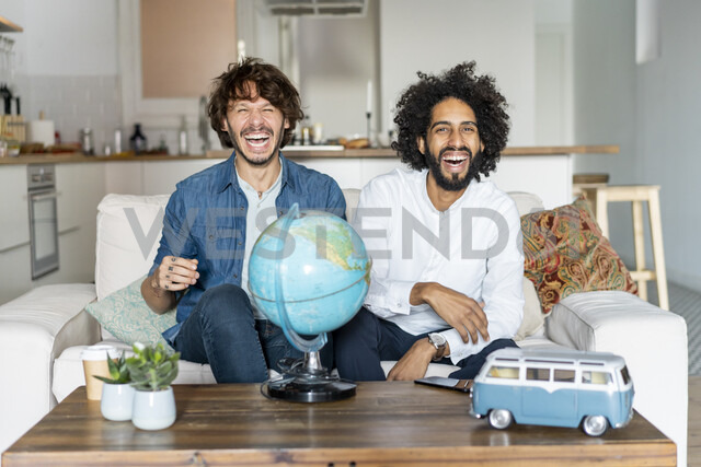 Friends sitting on couch, planning road trip - AFVF02539 - VITTA GALLERY/Westend61
