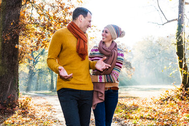 Couple walking in autumnal park, Strandbad, Mannheim, Germany - CUF49276