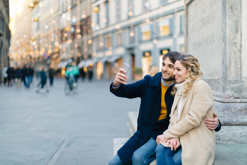 Couple taking selfie at piazza, Firenze, Toscana, Italy - CUF49438