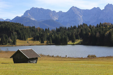 Germany, Bavaria, Geroldsee, wooden hut - DLF00046