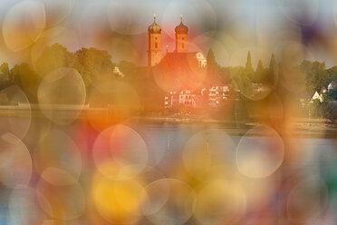 Germany, Baden-Wuerttemberg, Friedrichshafen, Lake Constance, Mole Tower, view to Castle Church through love locks, blurred - SH02067
