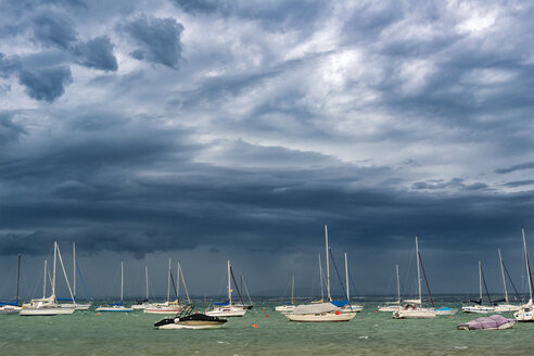 Germany, Lake Constance, Hagnau, boats anchoring, weather front - SH02082