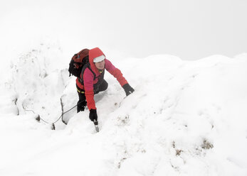 UK, Scotland, Glen Spean, woman climbing East ridge of Beinn a Caorainn in winter - ALRF01420