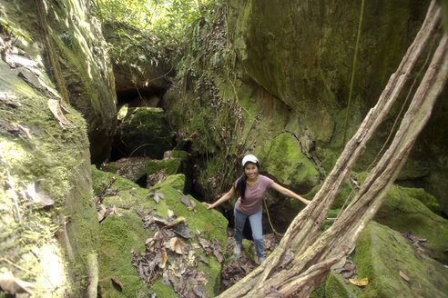 Malaysia, Borneo, Sabah, Kinabalu Park, woman in front of an flat cave - ZCF00701