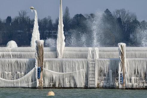 Germany, Baden-Wuerttemberg, Lake Constance, Constance, iced pier with dolphins, street lamp and ladders - SH02092