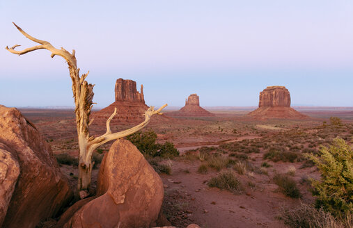 USA, Utah, Navajo Nation, Monument Valley - GEMF02875