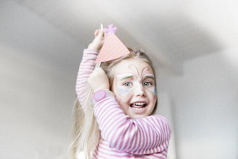 Wickede, NRW, Deutschland. Ein kleines lustiges Mädchen geschminkt als Schmetterling für den Karneval - KMKF00794
