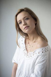 Deutschland,NRW,Ruhrgebiet,Stadt Essen,Porträt einer jungen Frau im weißen Kleid - FLLF00065