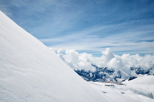 Snow covered landscape of low clouds over mountains, elevated view, , Alpe-d'Huez, Rhone-Alpes, France - CUF49665