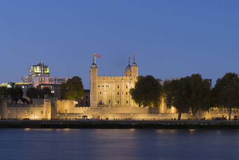 UK, London, River Thames, Tower of London at night - MKFF00452