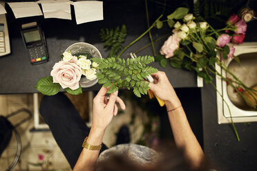 Close-up of florist arranging flowers in flower shop - ZEDF02008