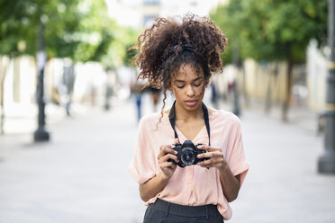 Young woman looking at camera in the city - JSMF00861