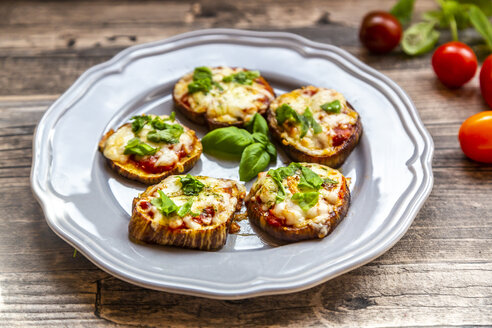 Aubergine pizza, aubergine slices with tomato sauce and cheese, gratinated, low carb - SARF04150
