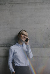Businesswoman talking on the phone - JOSF03248