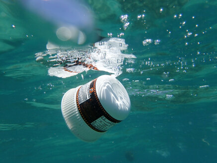 Plastic waste floating in the sea - GNF01465