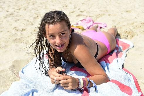 Die Niederlande, Holland, am Strand, lächelnde Teenager mit Zahnspange - Keywords: Strand, Zahnspange, Mädchen, Lächeln, Bikini, nasse Haare - MIZF00800