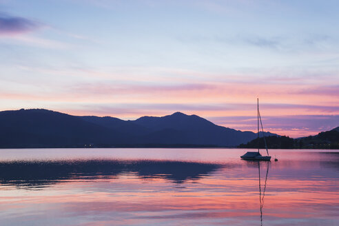 Austria, Alps, Salzburg, Salzkammergut, Salzburger Land, sunset at Wolfgangsee - GWF05998