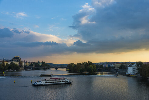 Czech Rebublic, Prague, dramatic light over the Vltava and the old town - RUNF01506