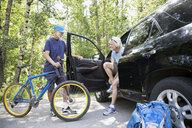 Senior men with mountain bike at car - HEROF29450