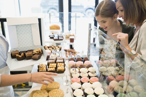 Mother and daughter choosing sweets in bakery - HEROF29564