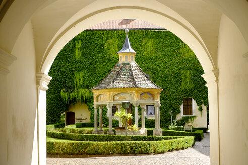 Augustiner-Chorherrenstift, Innenhof mit Brunnenhaus, Kloster Neustift bei  Brixen, Südtirol, Italien - LB02441