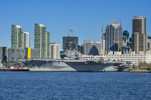 USA, California, San Diego, Skyline of San Diego with the USS Midway, aircraft carrier - RUNF01582