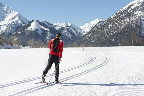 Austria, Tyrol, Achensee, man doing cross country skiing - MKFF00460