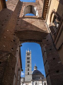 Italien, Toscana,  Siena, Kathedrale von Siena, Duomo di Siena, Piazza Iacopo della Quercia, piazza storica, Blick durch Facciatone - LAF02236