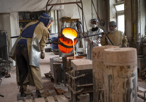 Art foundry, Foundry workers casting - BFRF01992