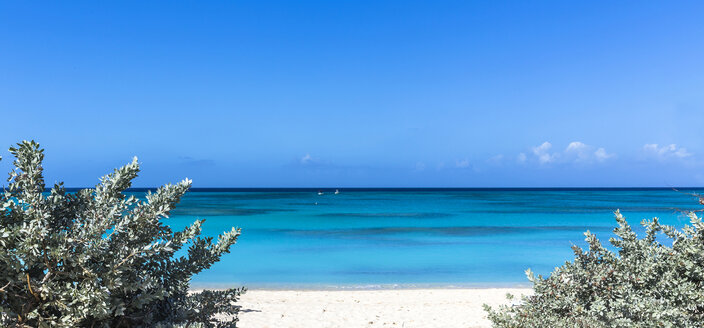 Weißer Sandstrand, Cockburn Town, Grand Turk Island, Turks- und Caicosinseln, Mittelamerika - MABF00530