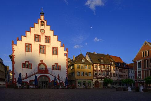 Historisches Rathaus mit Wappen von Fürstbischof Johann Philipp von Schönborn, im letzten Abendlicht, Marktplatz, Karlstadt am Main, Unterfranken, Franken, Bayern, Deutschland - LBF02470