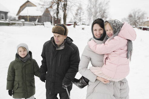 Grandfather strolling together with daughter and grandchildren in winter - EYAF00027
