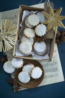 Christmas Cookies Spitzbuben in a box, music sheet, straw stars, star anise, larch cones, gift tag - ASF06323