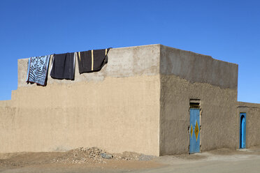 Morocco, Merzouga, Erg Chebbi, rammed earth building in oasis town Taouz - PSTF00405