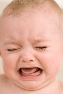 Baby girl (9-12 months) crying, close-up - JUIF00326