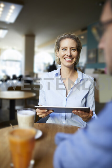 Smiling woman and man with tablet in a cafe - PNEF01398 - Philipp Nemenz/Westend61