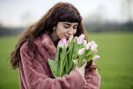 Young woman with bouquet of tulips and pink coat - FLLF00080