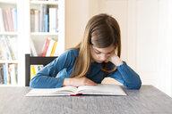 Girl reading a book - LVF07917