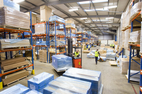 Warehouse workers moving pallets with forklift - JUIF00465