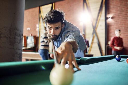 Porrait of focused man playing billiards - ZEDF02063