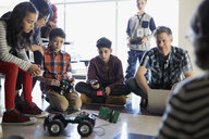 Teachers and pre-adolescent students programming robotics in classroom - HEROF32040