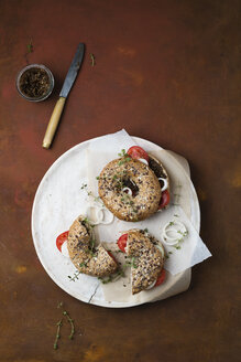 Bagels with sesame pesto, tomatoes, onions and thyme - MYF02096