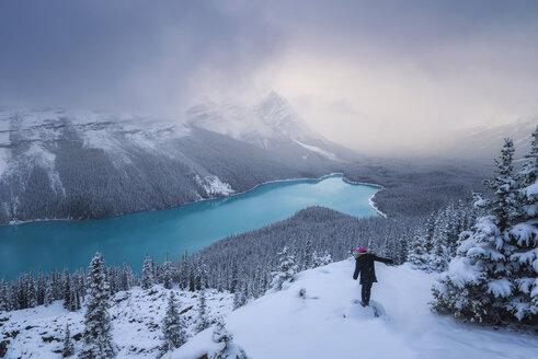 Canada, Alberta, Banff National Park, Peyto Lake, woman enjoying view - EPF00585