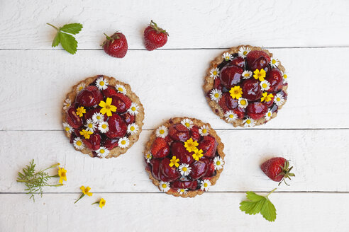 Homemade strawberry heart tartlets with daisy flowers and golden marigold, edible flowers, white wood - GWF06023