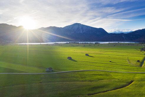 Sonnenaufgang am Kochelsee, Jochberg, Drohnenaufnahme, Das Blaue Land, AlpenvorlandOberbayern, Bayern, Deutschland - SIEF08480