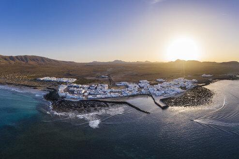 Caleta de Famara bei Sonnenuntergang, Drohnenaufnahme, Lanzarote, Kanarische Inseln, Spanien - SIEF08498