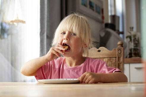 Portrait of eating little girl at home - GAF00108