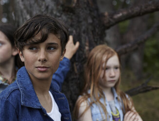 Portrait of boy with friends at a tree - AMEF00062