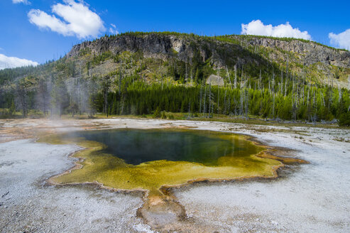 USA, Wyoming, Yellowstone National Park, Emerald Pool, Black sand basin - RUNF01750