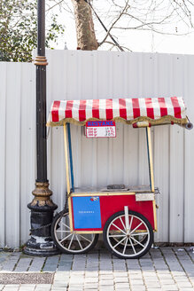Turkey, Istanbul, Vending cart for roasted sweet chestnuts - WVF01104